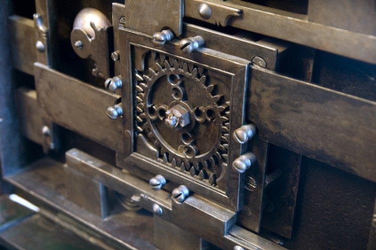 Un mecánico de planta asegura que la maquinaria de la empresa esté en funcionamiento.