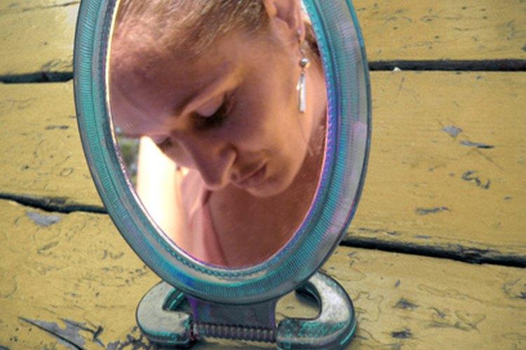 Los espejos cóncavos hacen que los objetos parezcan más grandes de lo que realmente son.