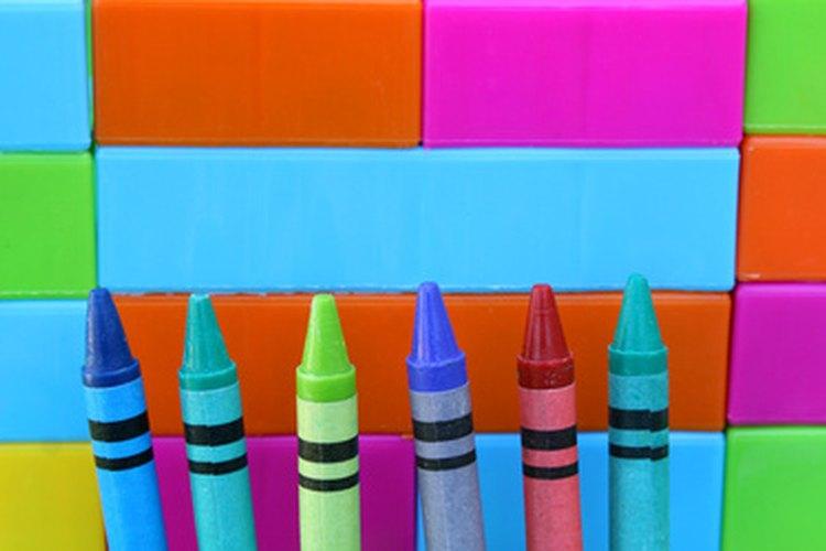 Usa crayones no tóxicos para hacer el labial.