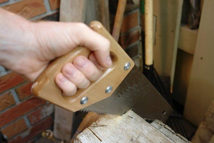 Corta las piezas de madera con cuidado.