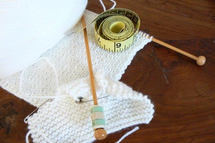 Los principiantes pueden tejer un suéter para el perro fácilmente, con correas en vez de mangas.