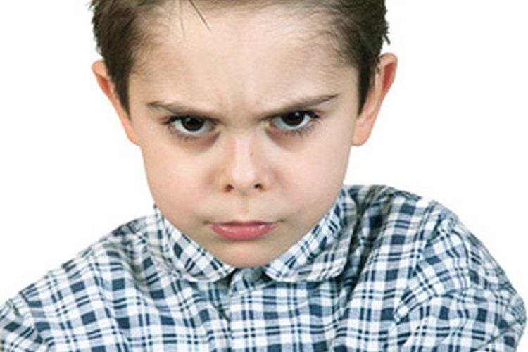 Se les puede enseñar a los niños agresivos maneras más apropiadas para hacer frente a los sentimientos de ira y frustración.