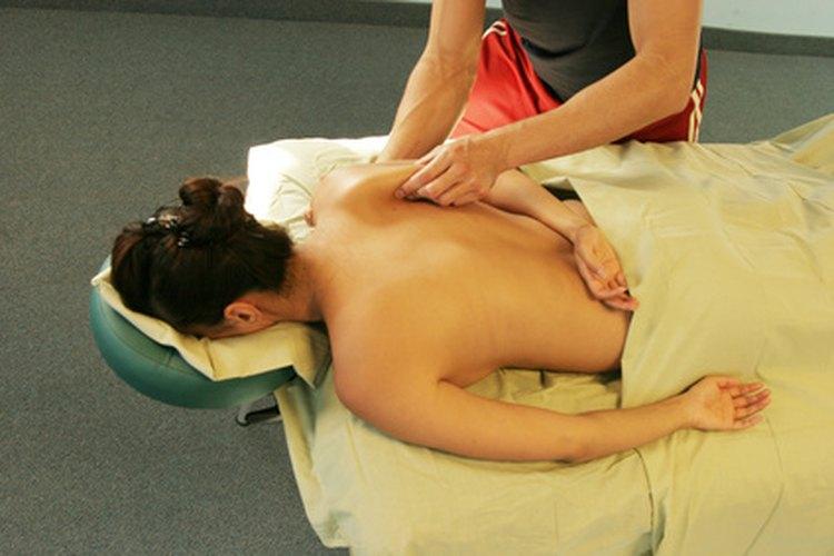 La mayoría de los masajistas terapéuticos reciben entrenamiento formal, para que se familiaricen con los diferentes tipos de masajes.