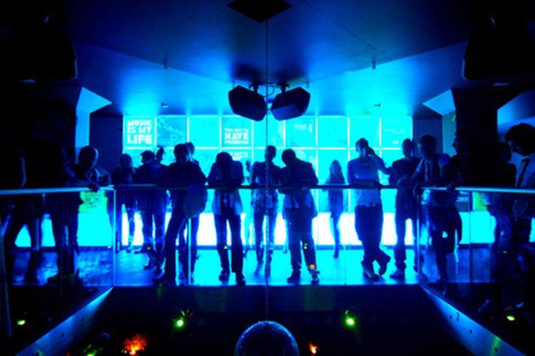 Los que asisten a clubes nocturnos mantienen ciertas expectativas de vestimenta y apariencia de sus clientes.