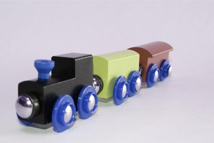 Los trenes de juguetes son cotillones geniales en una fiesta de trenes para niños pequeños.