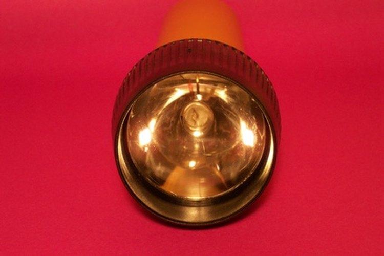 Una Maglite proyecta un haz más brillante que una linterna común.