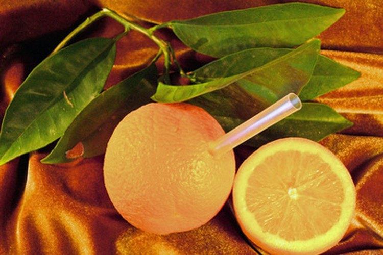 Elegir una naranja entera en lugar de jugo de naranja te puede ayudar a sentirte más satisfecha por más tiempo.