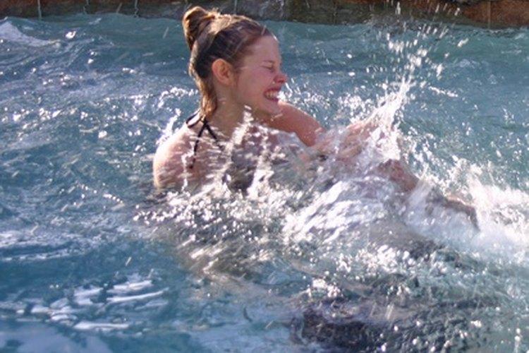 Celebra un cumpleaños de verano con una fiesta en la piscina.
