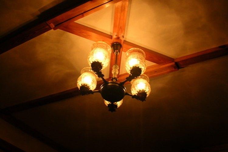 Acorta el cable de tu lámpara para que puedas caminar debajo de ella.