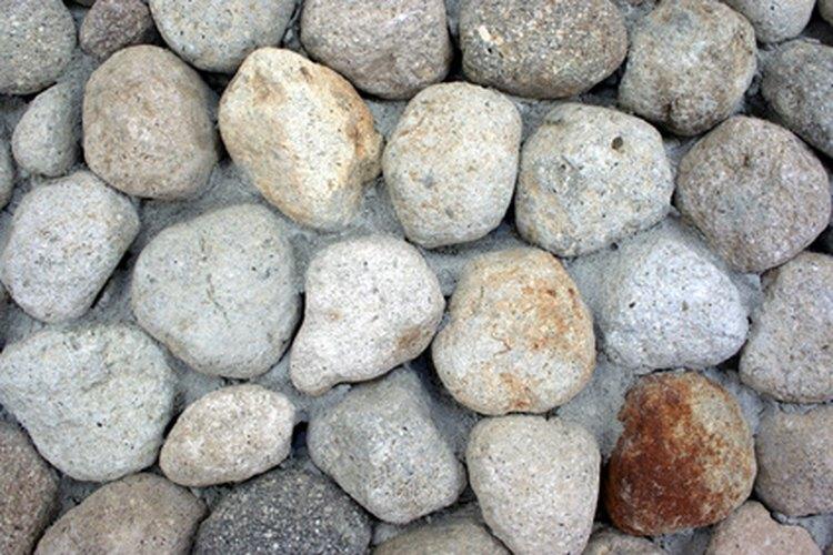 Usar rocas locales ayudará a que el muro no sobresalga.