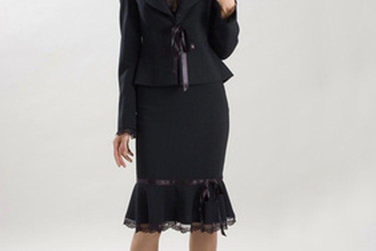 Un traje con falda es una de las mejores opciones para la mujer profesional.