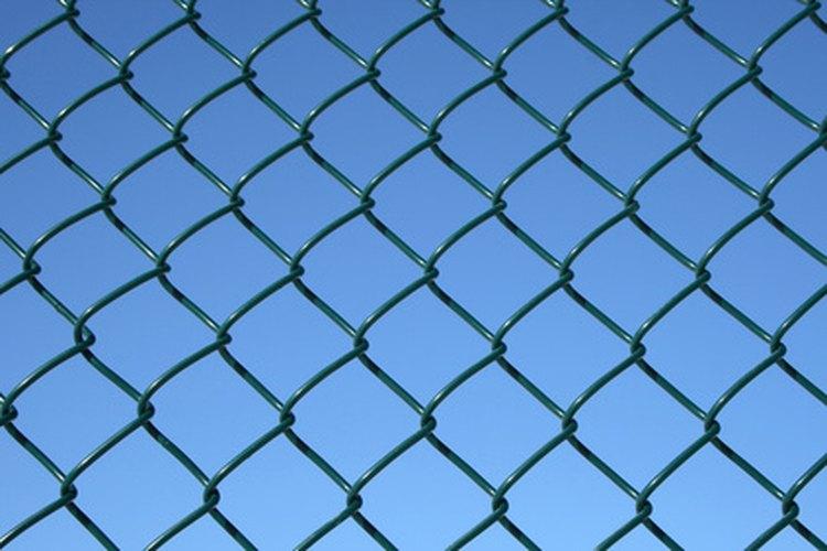 Necesitarás herramientas específicas para instalar una cerca de malla ciclónica.