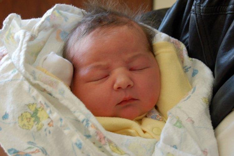 Los recién nacidos generalmente muestran un comportamiento que parece raro, pero en realidad es normal.
