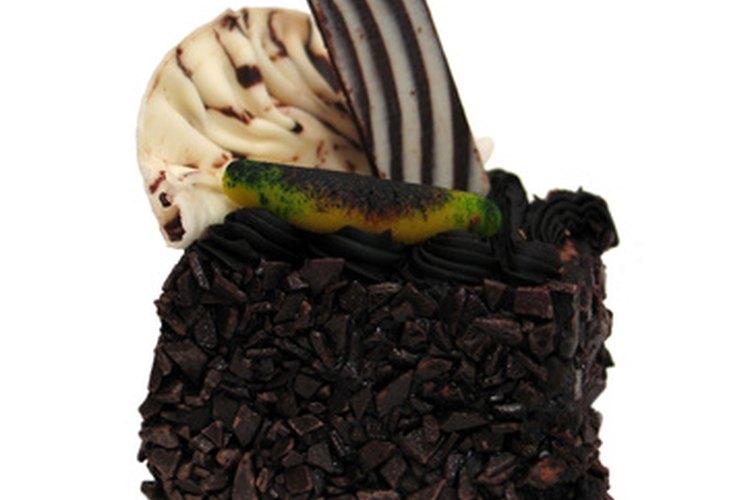 Un pastel de fiesta blanco y negro impresionará a tus invitados.