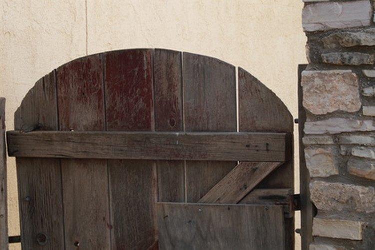 C mo construir una puerta de madera de jard n sencilla for Como hacer una puerta de madera para exterior