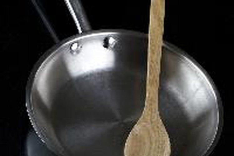 Engrasa una sartén y caliéntala.