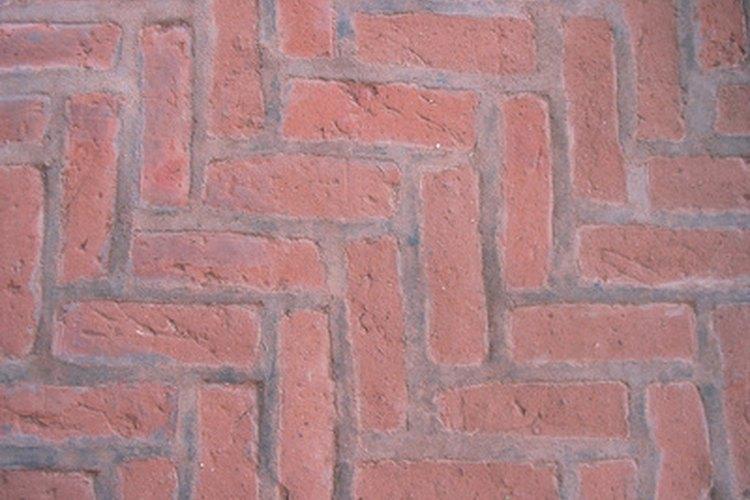 Limpia los piso de ladrillos interiores para mantenerlos atractivos.
