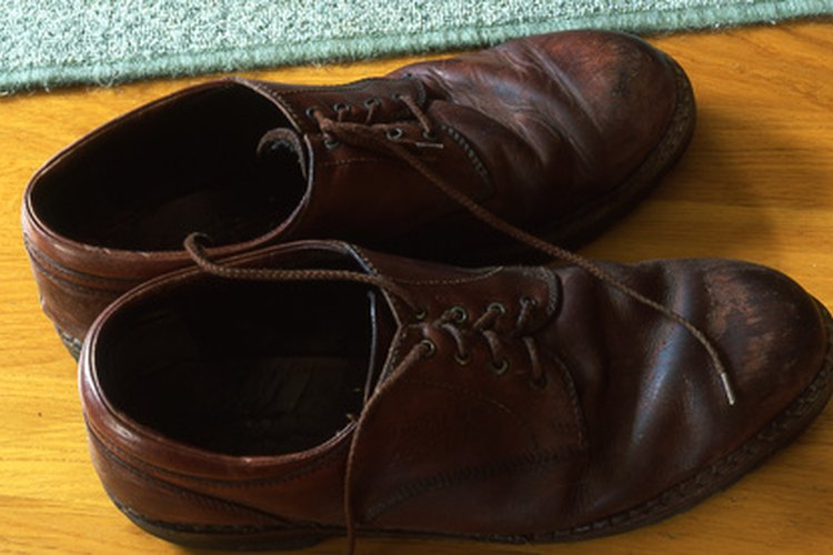 Los zapatos que se fabrican con cuero y componentes sintéticos protegen a los pies de elementos dañinos y proporcionan soporte.