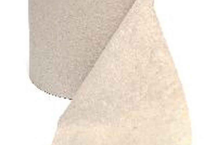 Usa toallas de papel para limpiar estantes, puertas y manijas.