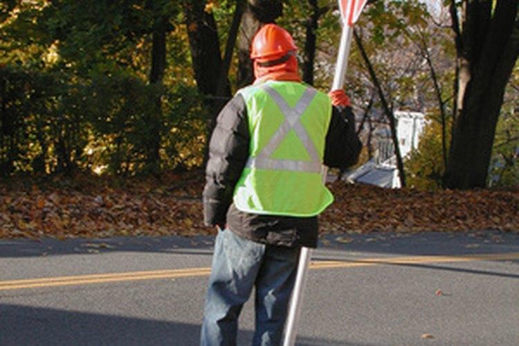 Un supervisor de seguridad mantiene las condiciones de trabajo seguras en una variedad de industrias.