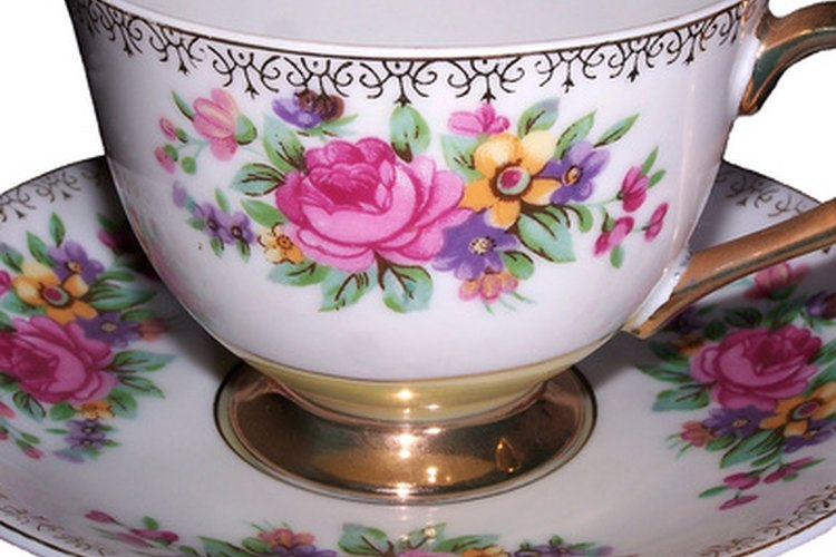 Utiliza juegos de té de época para dar un toque elegante a la fiesta.