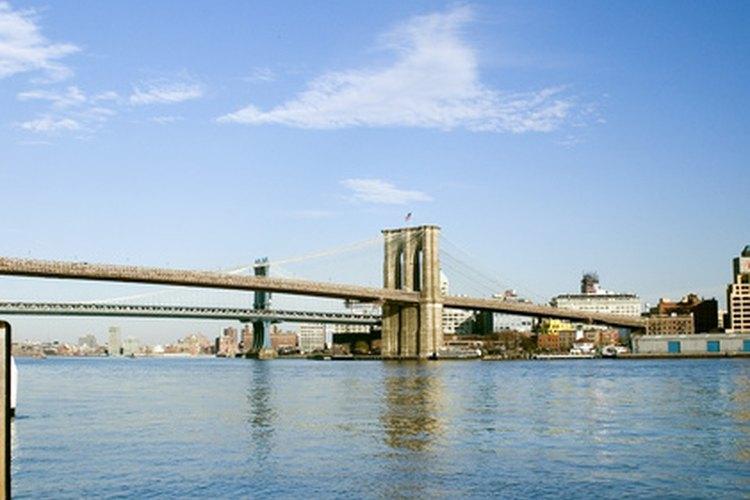Los ingenieros civiles mantienen y arreglan los puentes públicos.