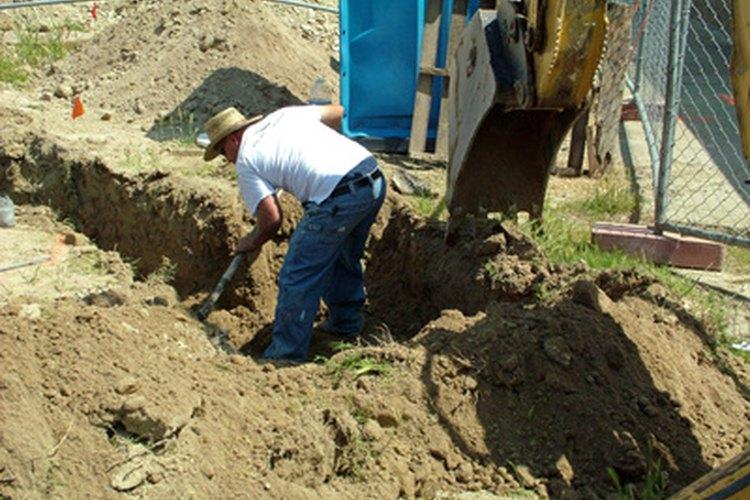 La retroexcavadora puede excavar mas rápido que un grupo de hombres.
