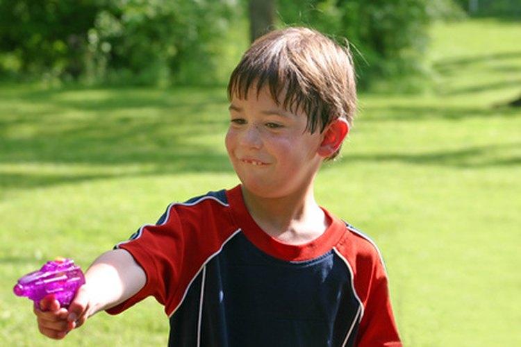 Según govwater.org, niños de jardín de infantes han sido expulsados por señalar con el dedo a los demás en el patio y gritar