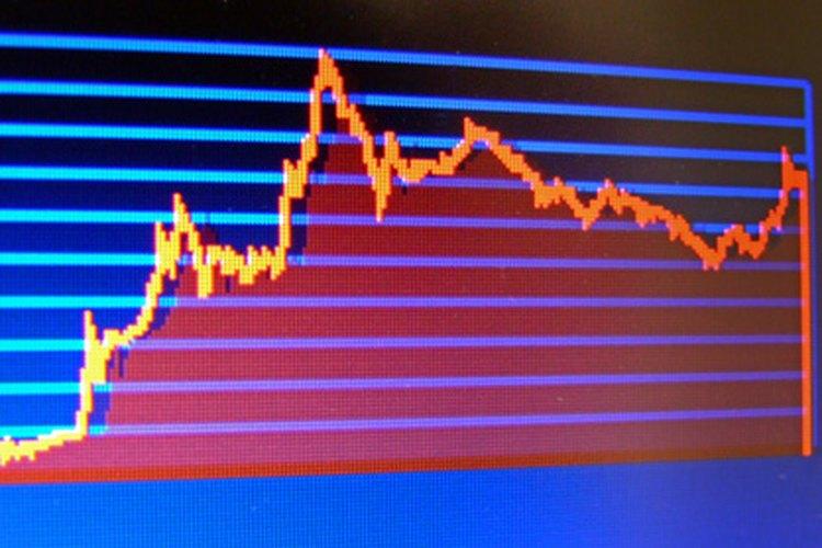 Los corredores de bolsa estudian gráficos para determinar si las acciones están subiendo o bajando.