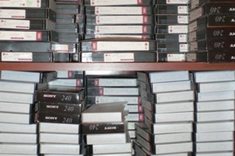 De seguro hay cintas de VHS almacenadas con el paso de los años en la casa del anciano.