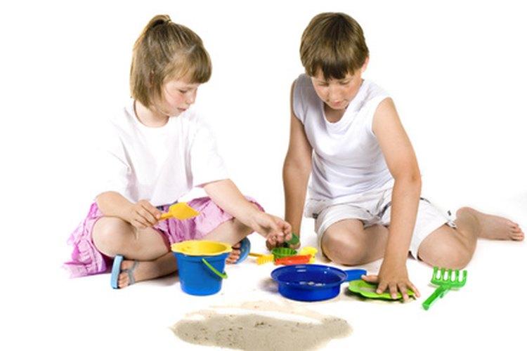 Proporciona actividades para enseñar a tus hijos a jugar de forma cooperativa en grupo.