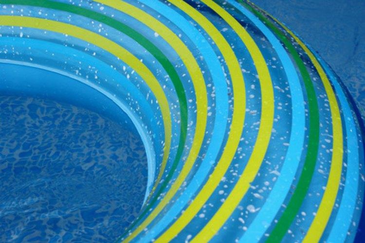El funcionamiento regular de la bomba de la piscina mantiene el agua transparente.