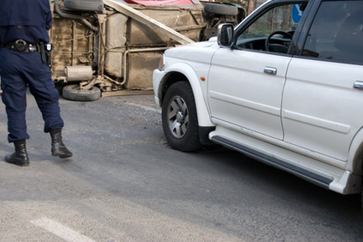 Un oficial de policía en la escena de un accidente vehicular.