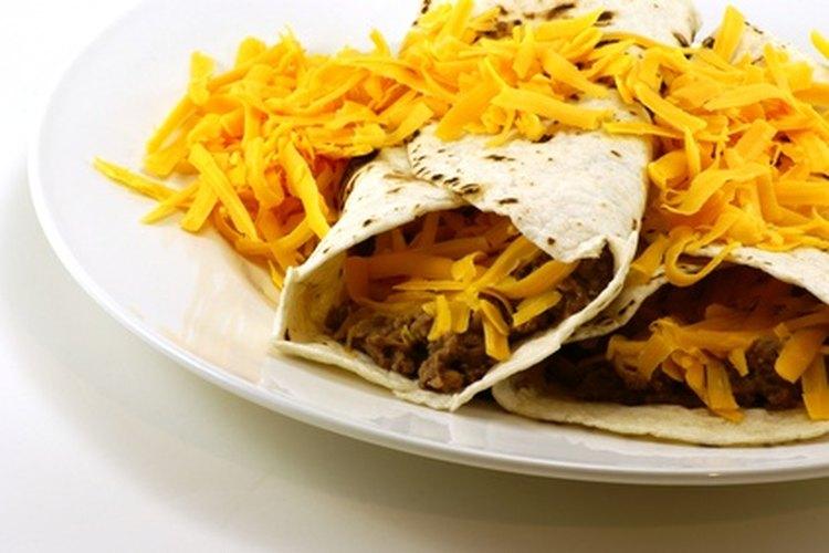 Cocinar comida étnica es una forma de entusiasmar a los niños sobre culturas nuevas.