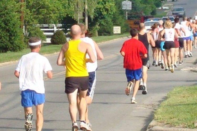 Te puedes entrenar para un maratón aumentando gradualmente tus millas cada semana.
