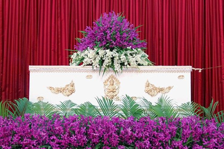 Los funerarios están involucrados en el entierro de personas fallecidas.