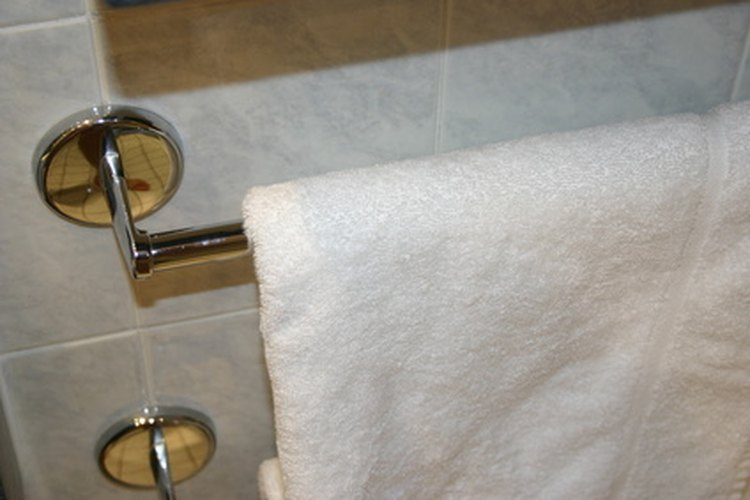 Los accesorios nuevos pueden alegrar el cuarto de baño.