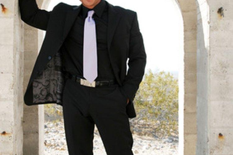Usa una cinta métrica de tela para medir pantalones de hombre.