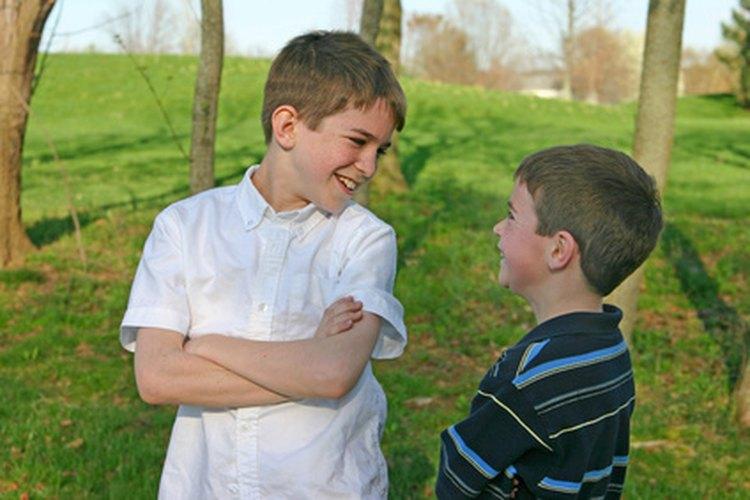 Debatir temas relevantes enseña a los niños a escuchar y cuestionar los diferentes puntos de vista sin discutir.
