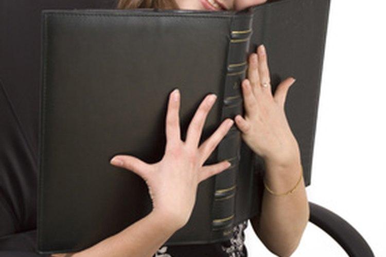 Desbloquea la tensión de inclinación de una silla de oficina para ajustar su configuración.