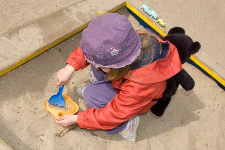 El juego con agua y arena ayuda a que los niños aprendan.