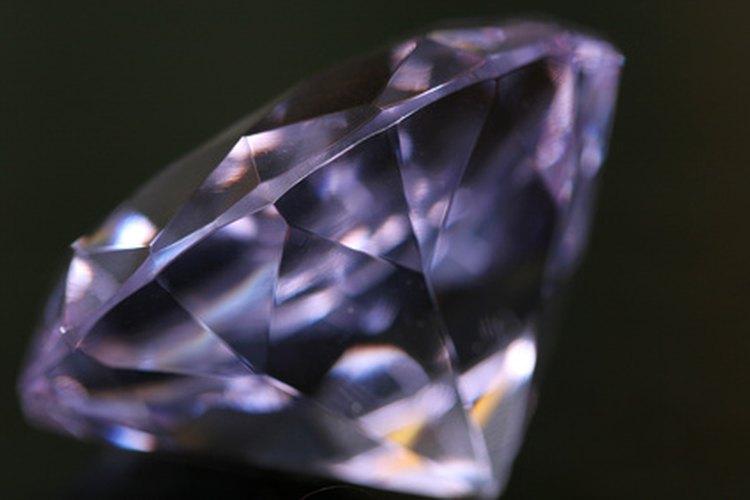El zafiro blanco es un buen sustituto si no puedes costear un diamante.