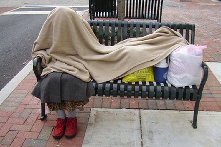 Puedes ayudar a gente sin hogar con sus dificultades siendo un asistente social.