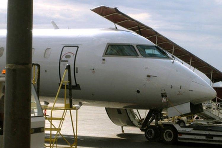 Los asistentes de vuelo se capacitan para trabajar en jets comerciales y privados.