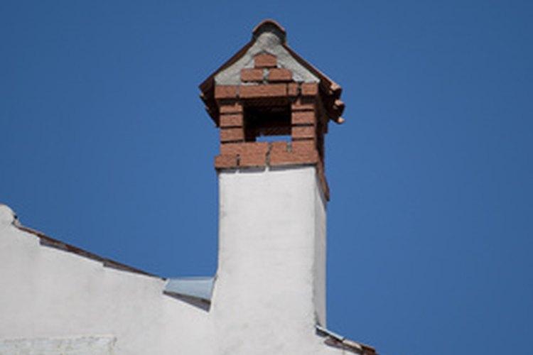 El casquillo de la chimenea redirecciona el viento y la mantiene libre de residuos.