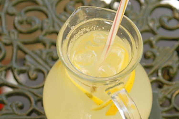 La limonada es un refrigerio de fiesta clásico que es fácil de preparar.
