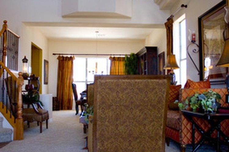 Usa una solución de vinagre para limpiar alfombras, baldosas y suelos laminados.