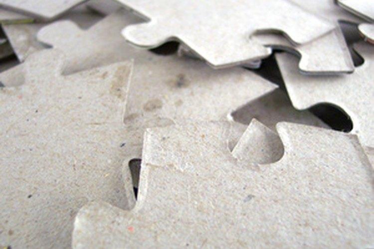 La resolución de rompecabezas hace parte de la terapia para aumentar la inteligencia no verbal.
