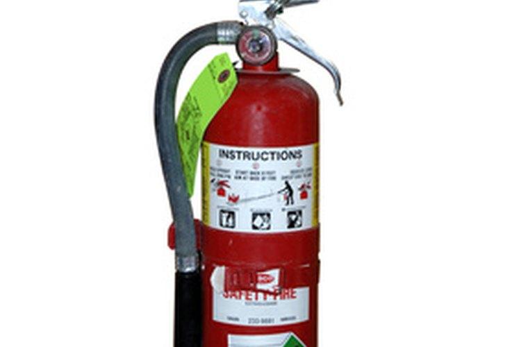 Los extintores de incendios vienen en diferentes tamaños.