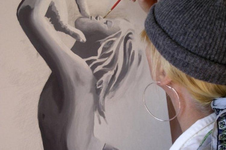 Los artistas visuales se comunican a través de un medio puramente visual que sus audiencias puedan ver.
